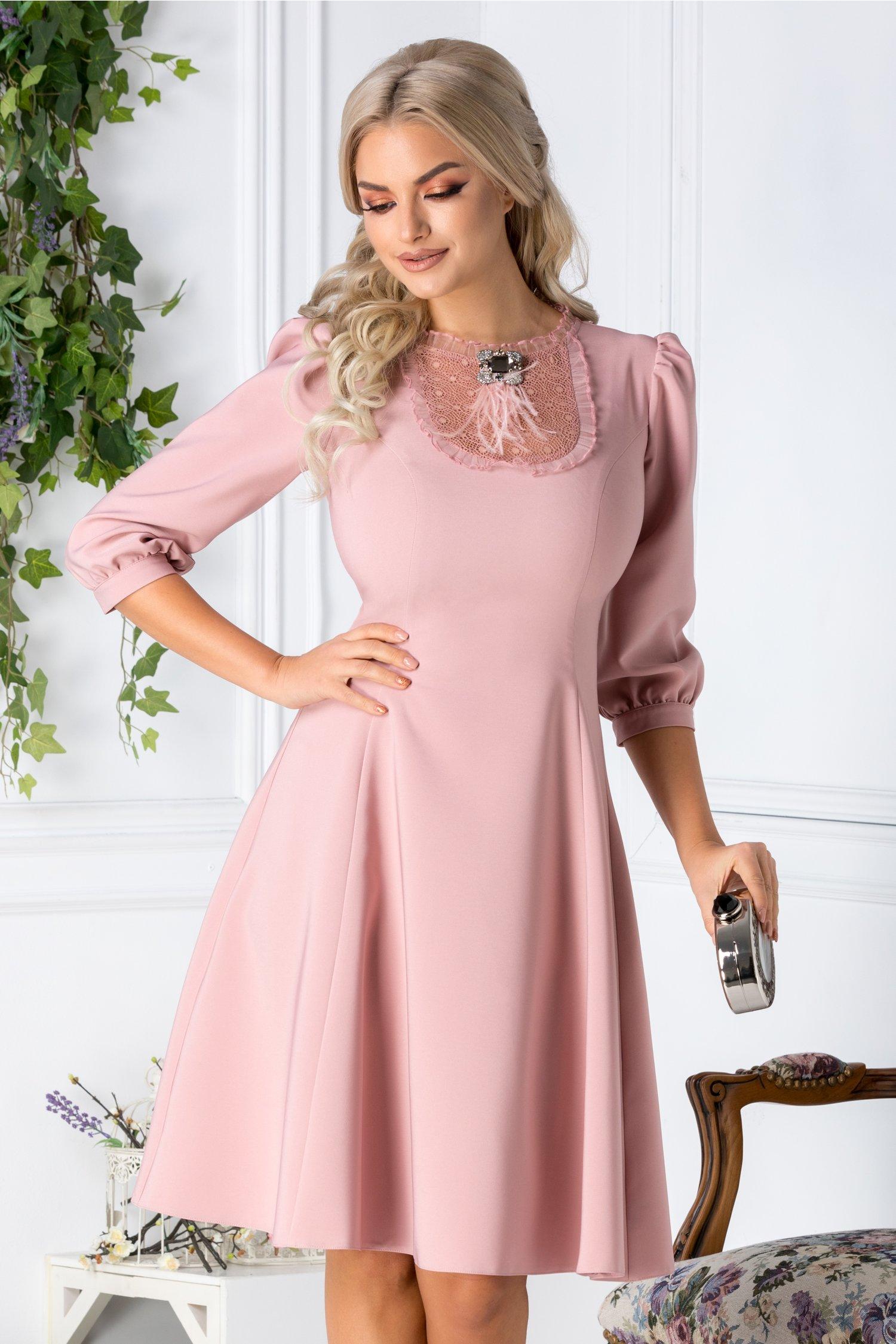 Rochie LaDonna roz cu dantela si brosa la bust