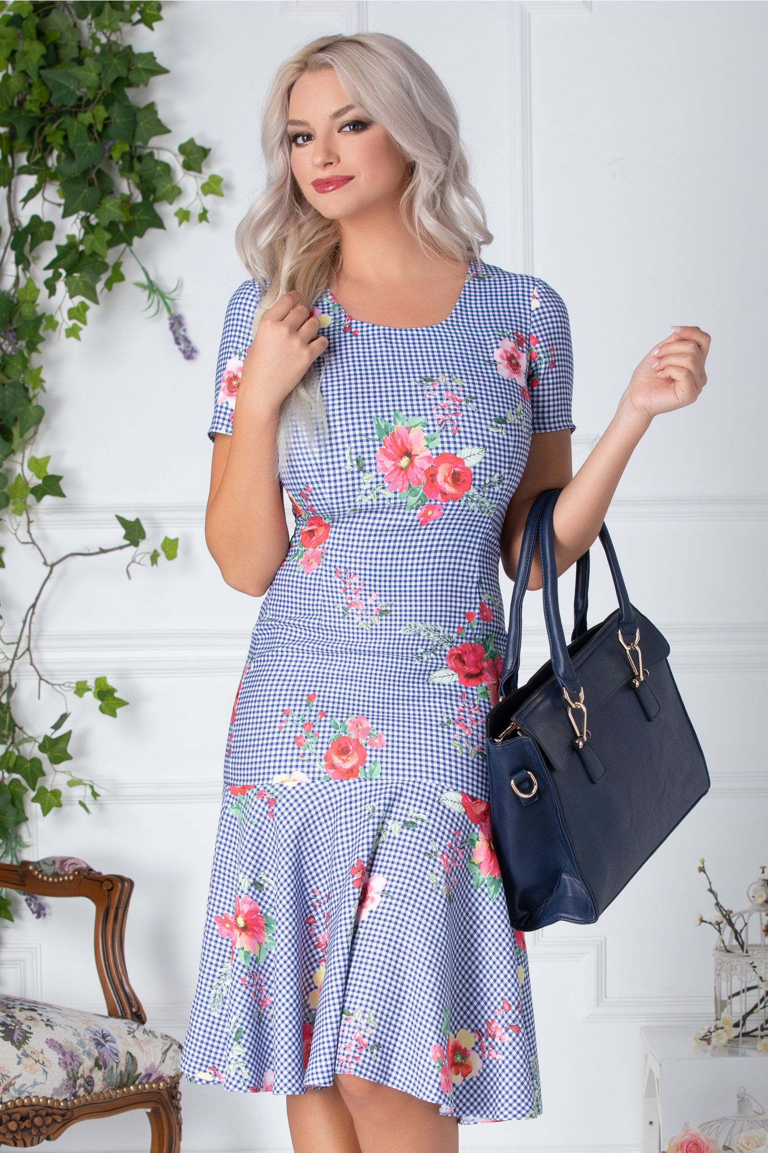 Rochie Mia alba cu patratele albastre si flori roz