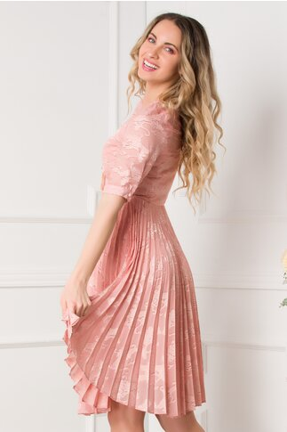 Rochie Mikaela roz cu model deosebit si pliuri