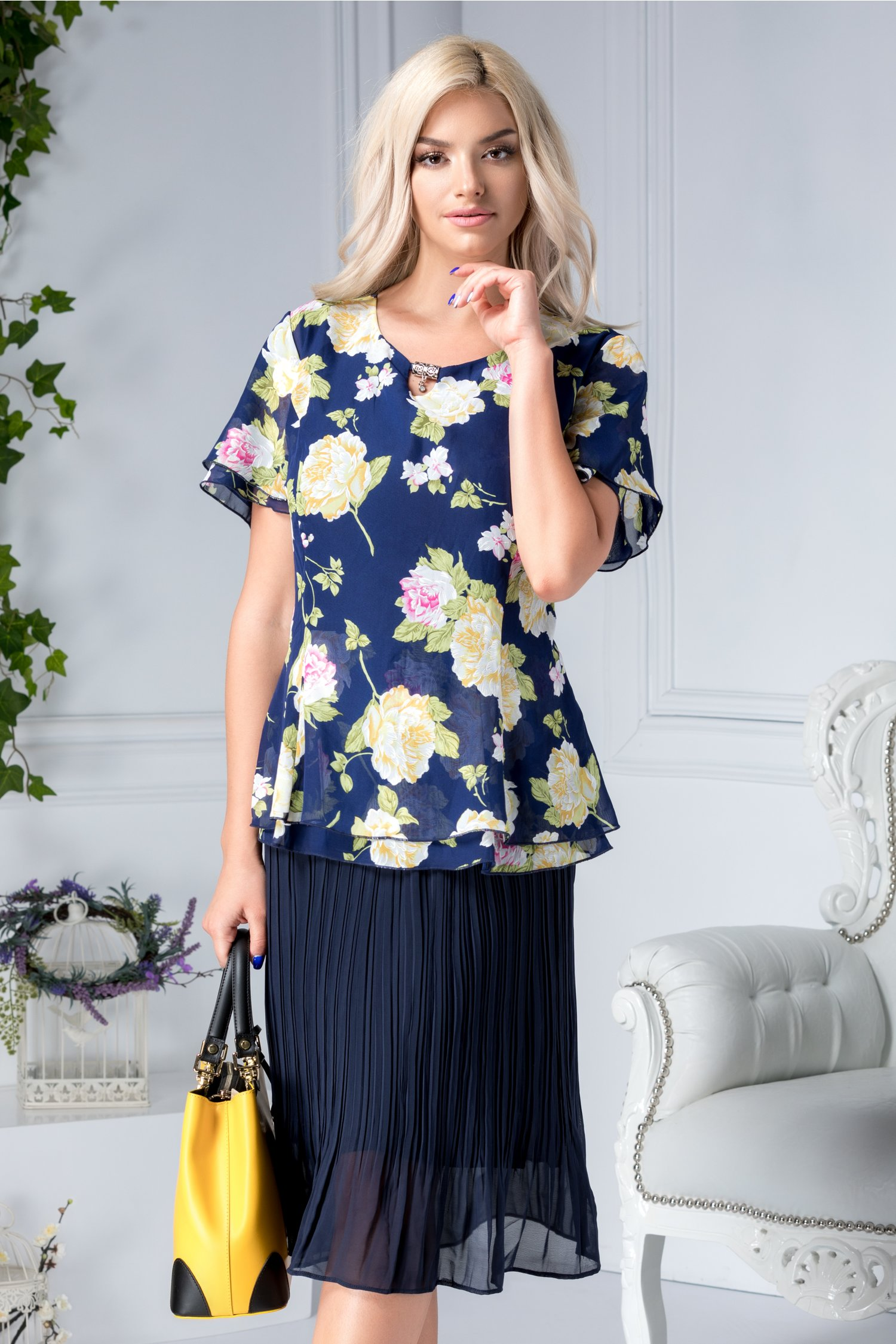 Rochie Nicoleta bleumarin cu flori galbene si aplicatie la guler