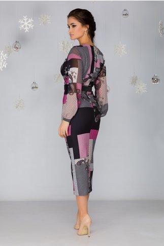 Rochie Petra cu imprimeu divers in nuante de roz si aspect petrecut