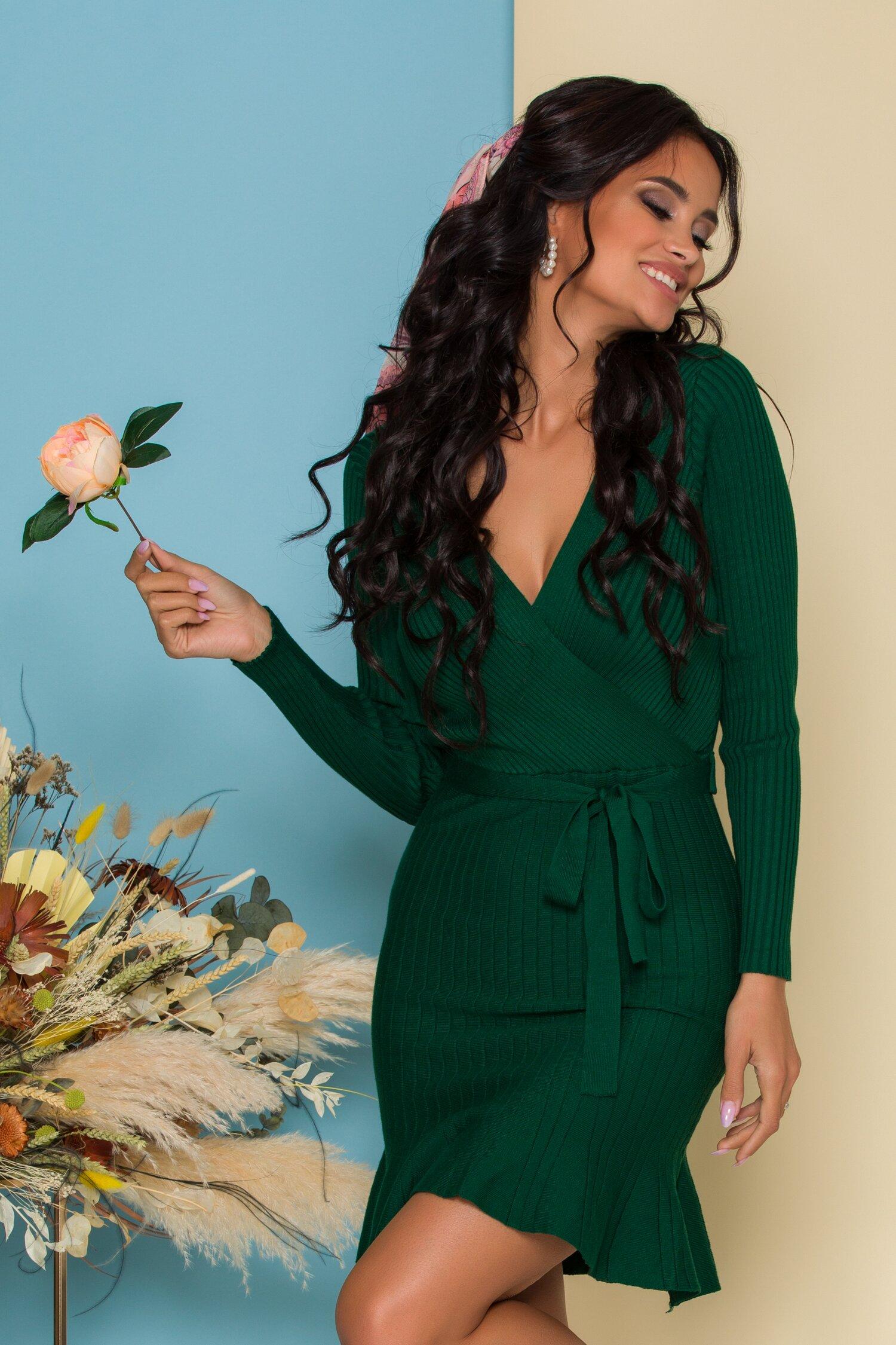 Rochie Sabrina verde din tricot reiat cu decolteu petrecut