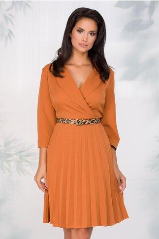 Rochie Sandra caramizie cu decolteul petrecut si fusta plisata