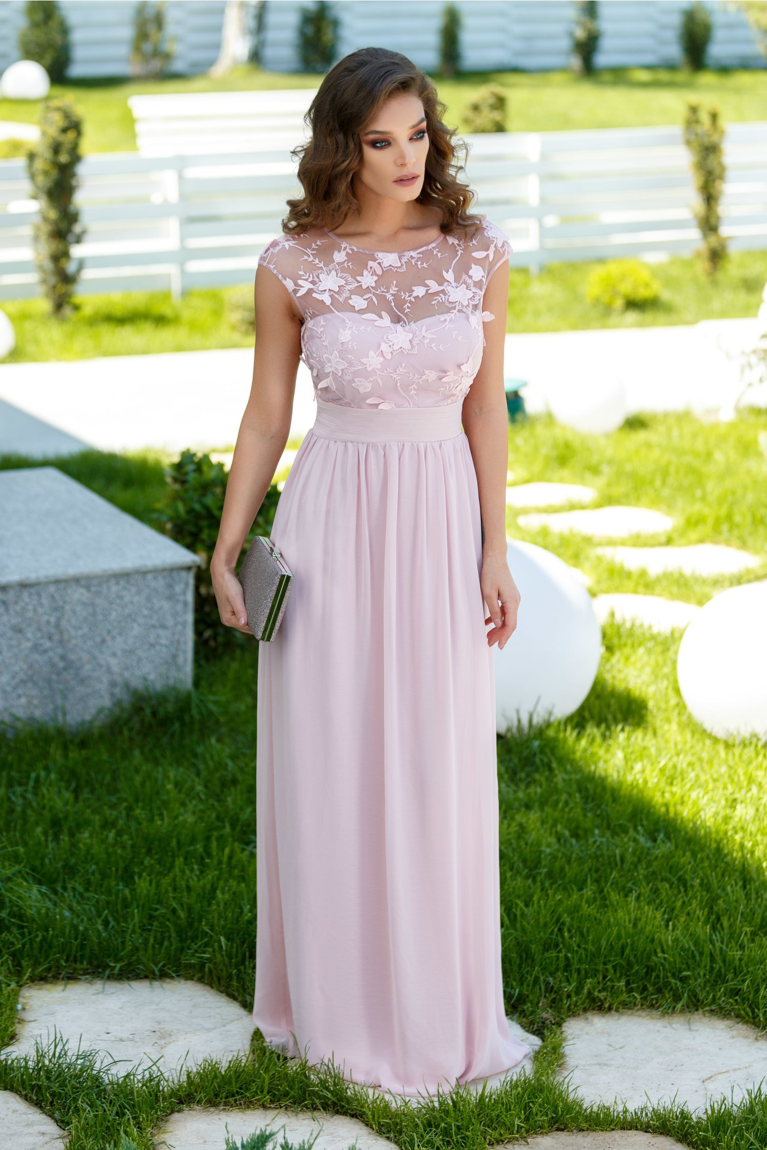 Rochie Sienna roz pudrat lunga cu dantela si broderie la bust