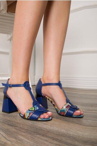 Sandale albastre cu imprimeuri multicolore pe bareta si talpa