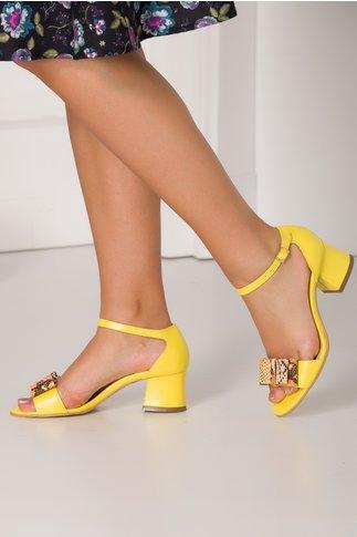 Sandale galbene cu fundita maxi cu imprimeu din piele de sarpe in fata