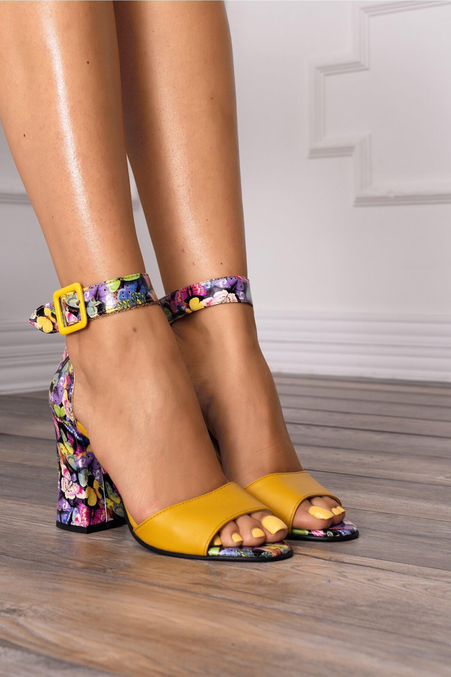 Sandale galbene cu imprimeu multicolor cu fluturi