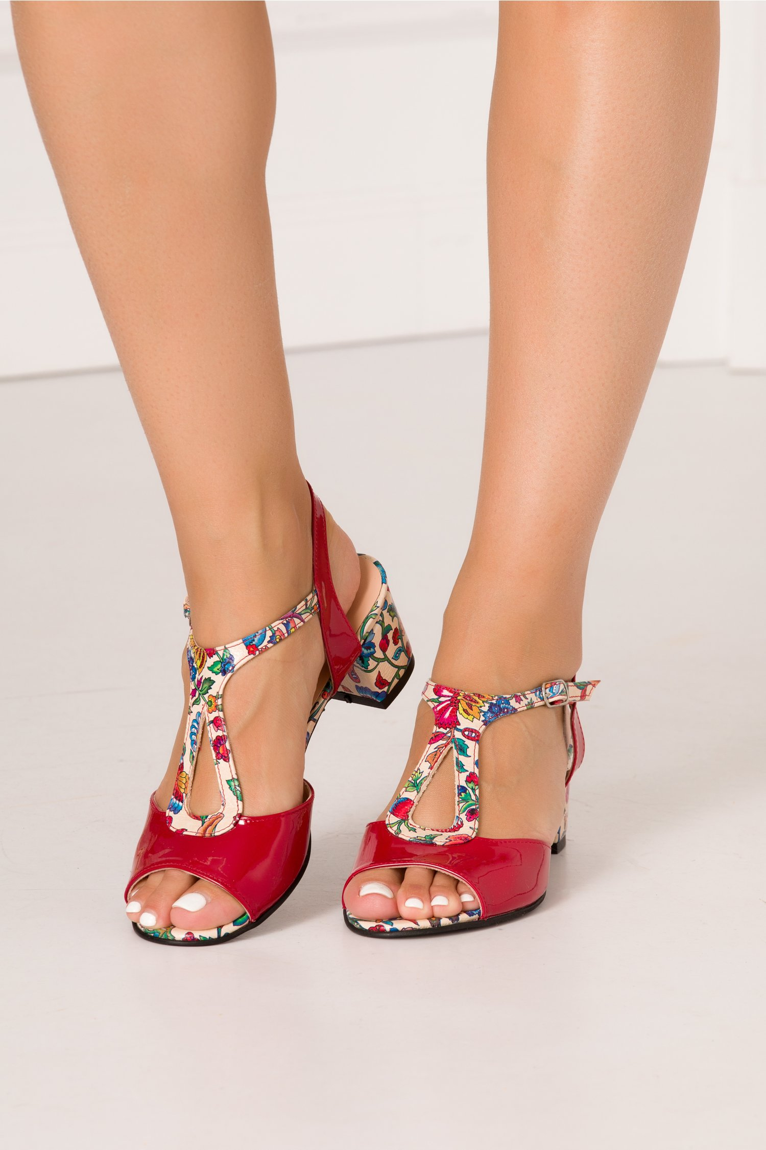Sandale rosii din piele lacuita cu imprimeu floral si decupaje elegante
