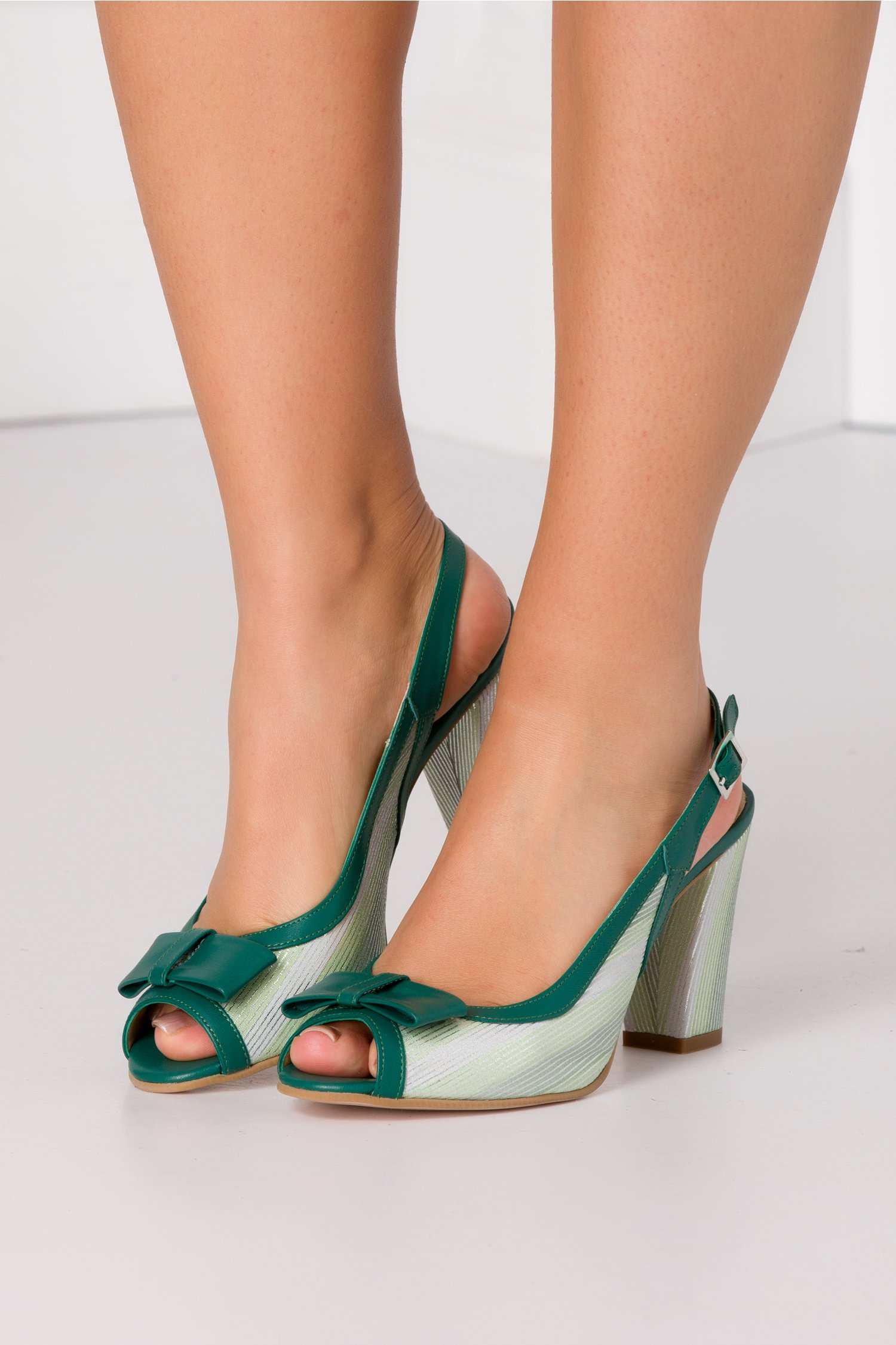 Sandale verzi cu fundita in fata si imprimeu argintiu