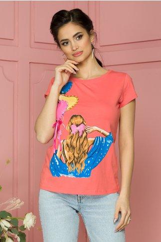 Tricou Daria corai cu imprimeu colorat si insertii din paiete