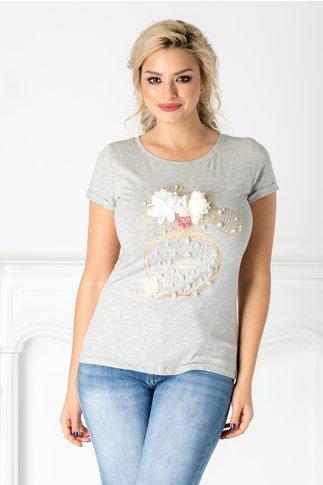Tricou gri cu perlute si flori 3D la bust