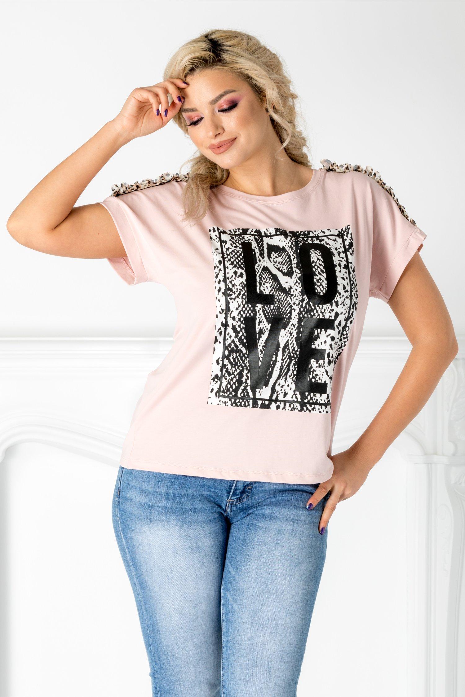 Tricou Love roz cu aplicatie pe bust si la umeri