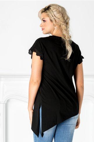 Tricou negru cu imprimeu la bust si dantela la maneci