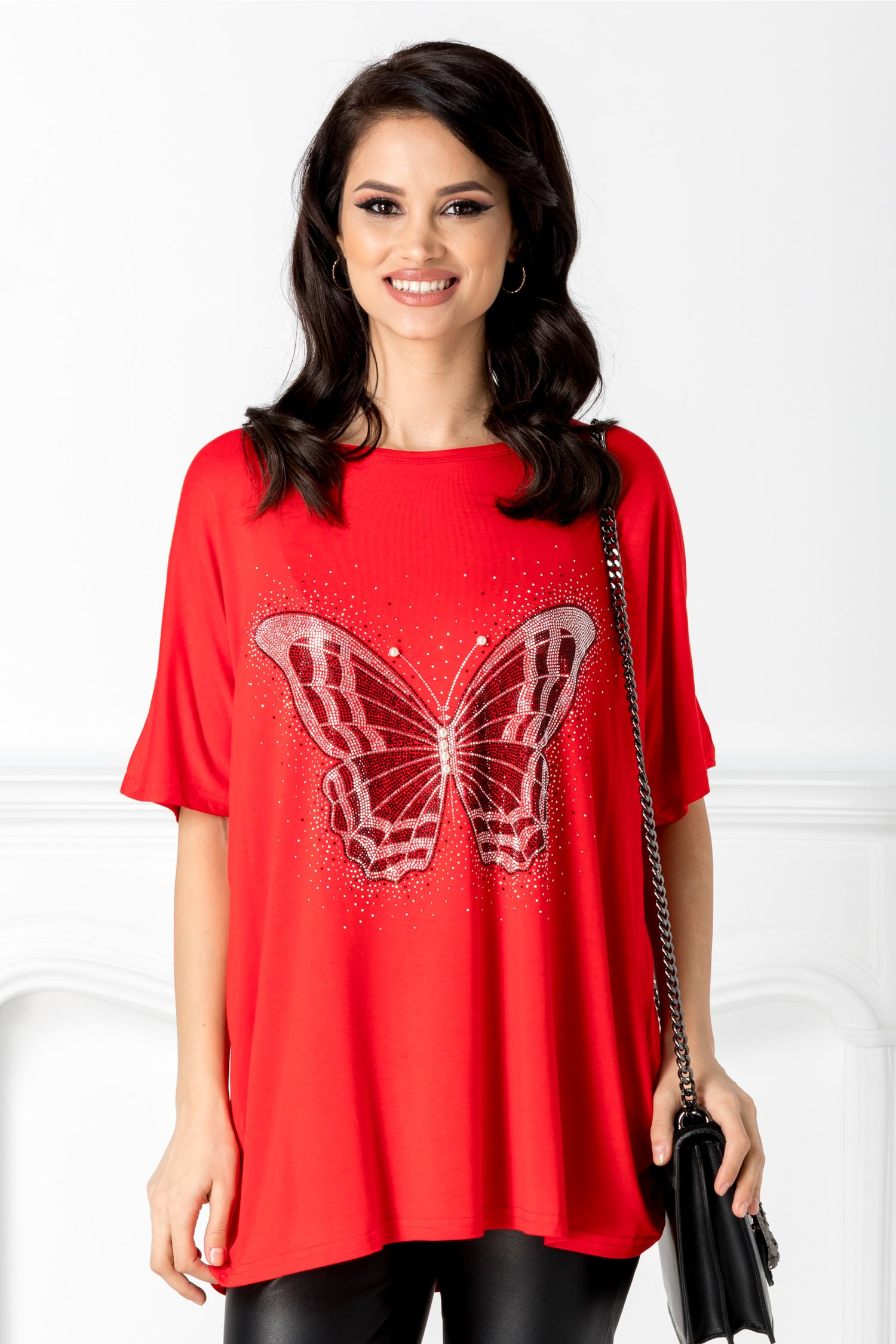 Tricou rosie cu aplicatie la bust in forma de fluture