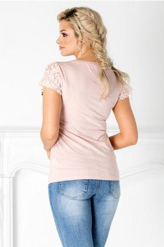 Tricou roz cu maneci scurte din tull si insertii florale