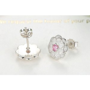 Cercei din argint cu surub si Lotus Alb