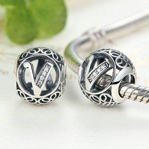 Talisman din argint cu litera V