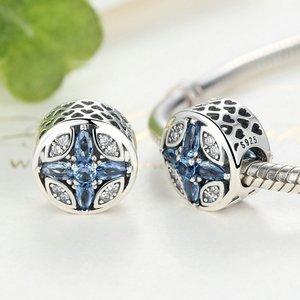 Talisman din argint sub forma de Floare cu Cristale Albastre