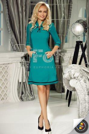 Rochie verde office elegantă cu linie clasică și broșă detașabilă