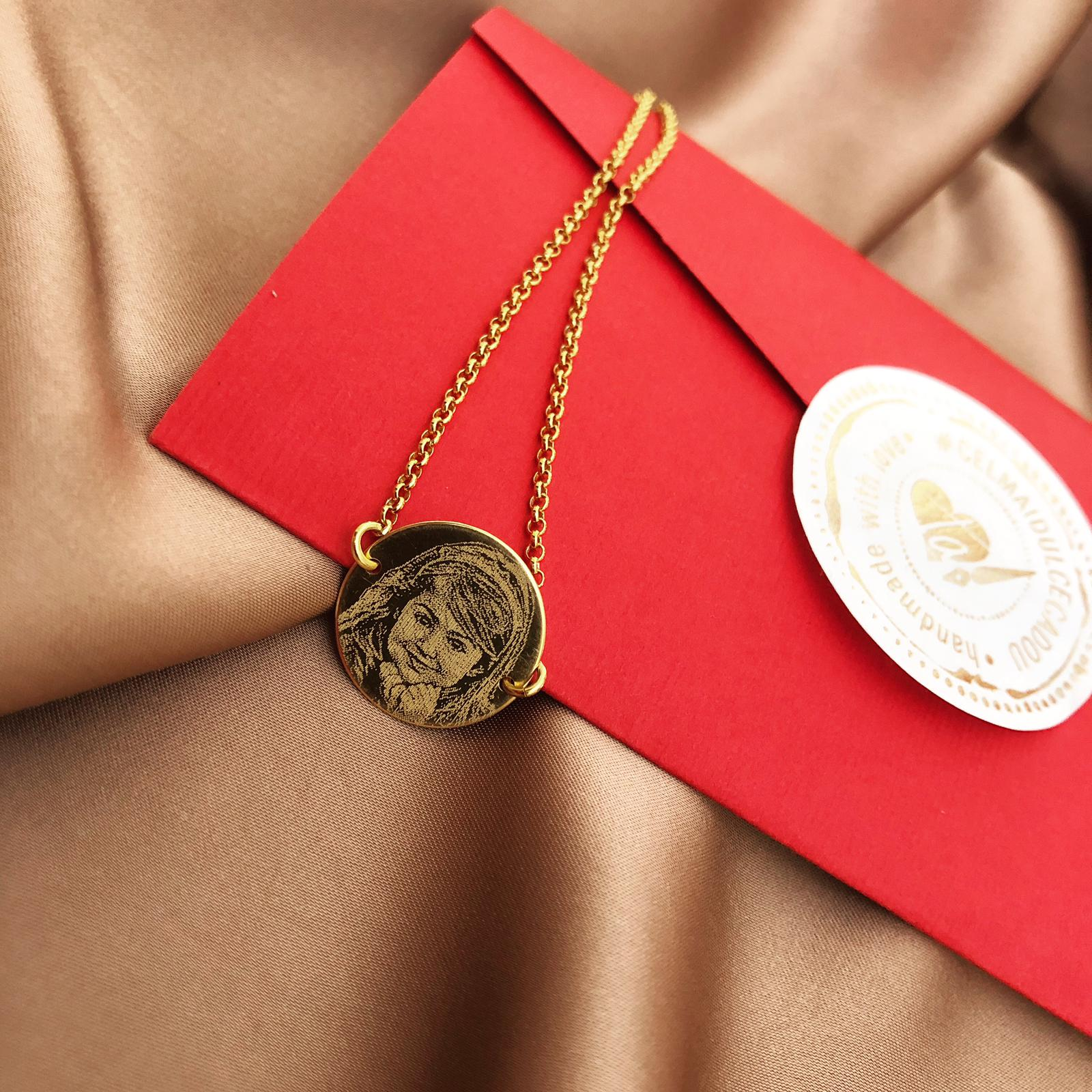 Cadouri gravate pentru cei dragi - cum ii poti sustine pe cei dragi in momente dificile