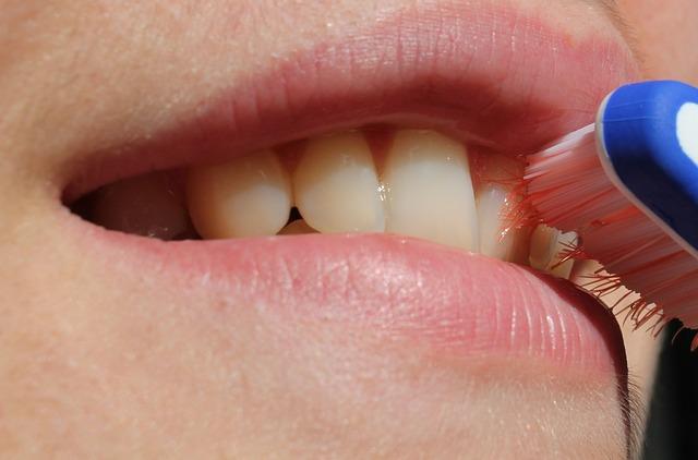 periuta de dinti zambet gura