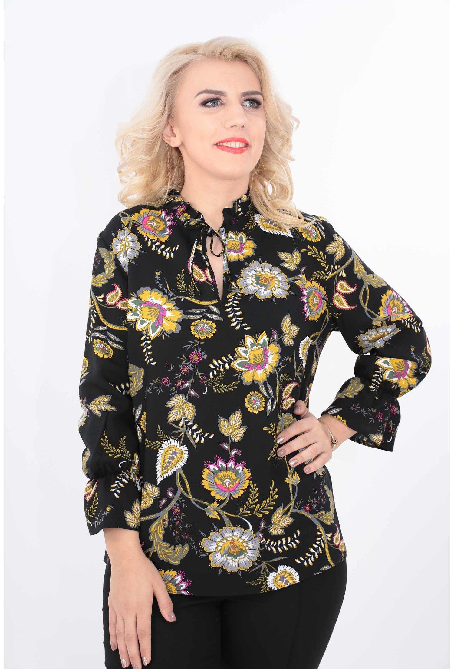Bluza neagra din vascoza cu flori multicolore