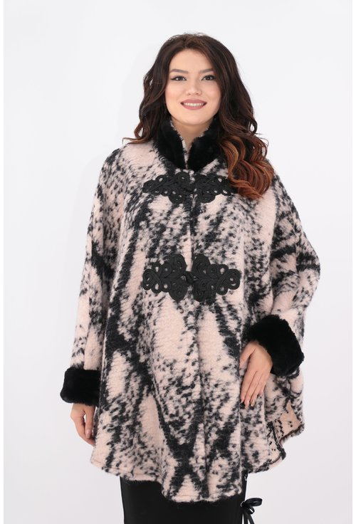 Poncho tricotat din lana roz pudra cu romburi si blanita neagra