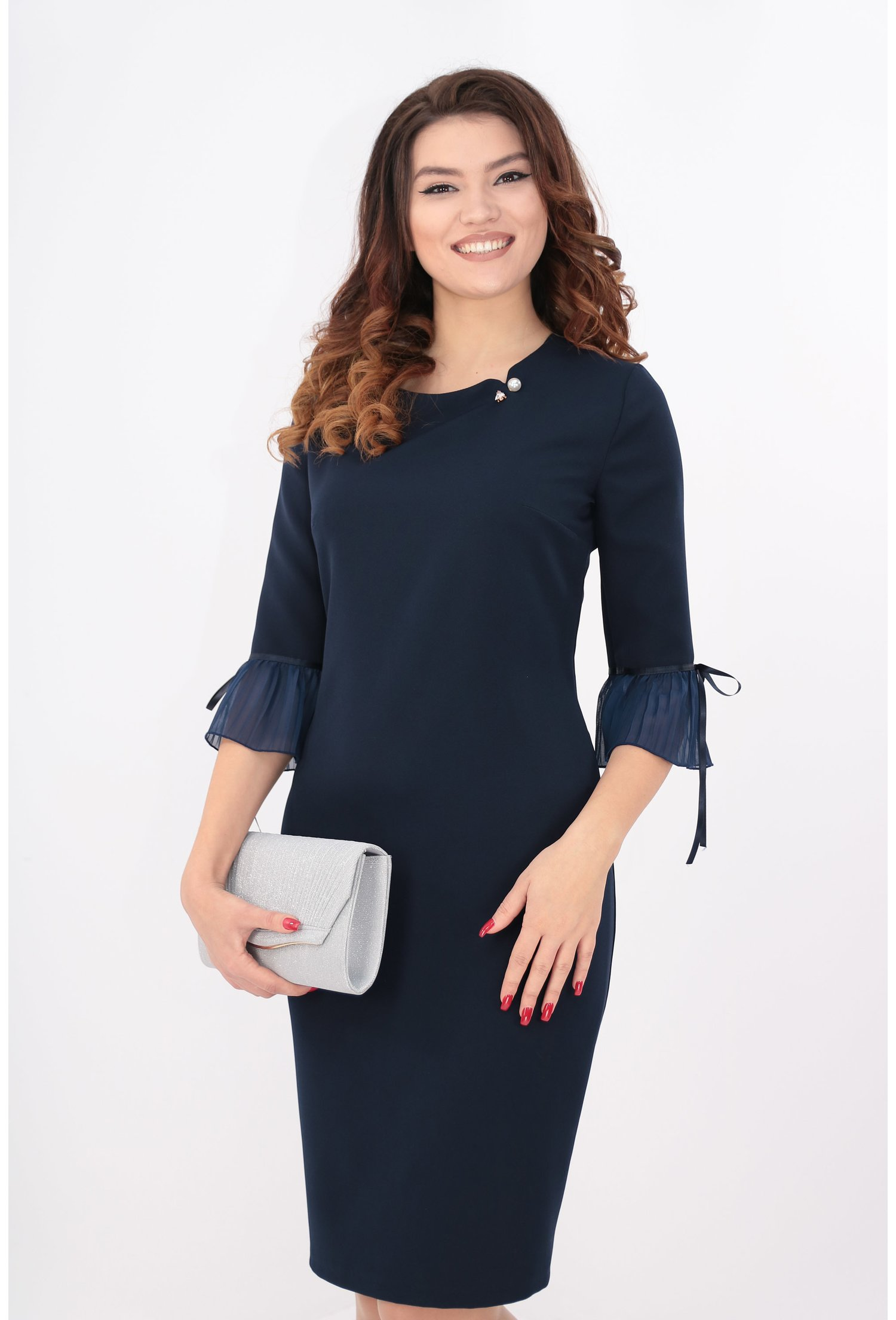 Rochie bleumarin cu brosa tip perla