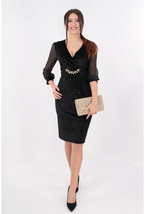 Rochie din catifea neagra cu catarama aurie si perle