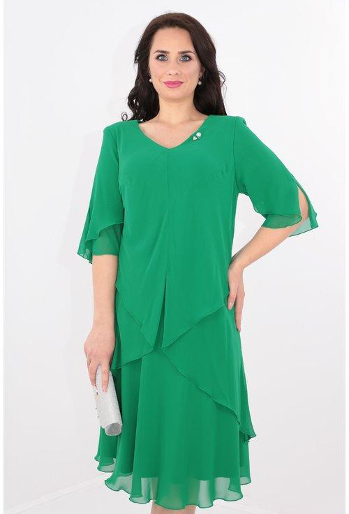 Rochie verde din voaluri suprapuse cu brosa